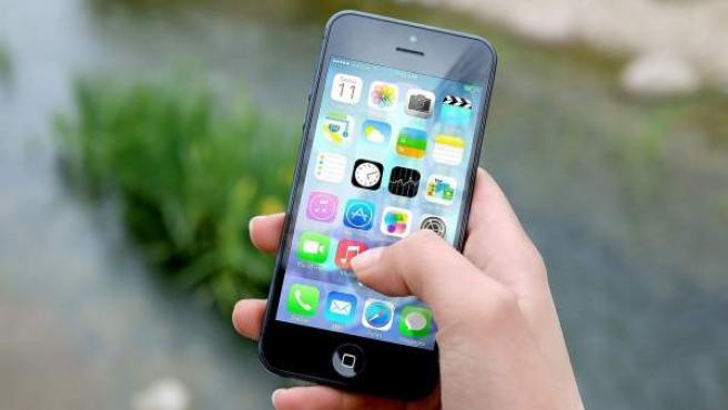Una chica navega entre las 'apps' de su teléfono móvil.