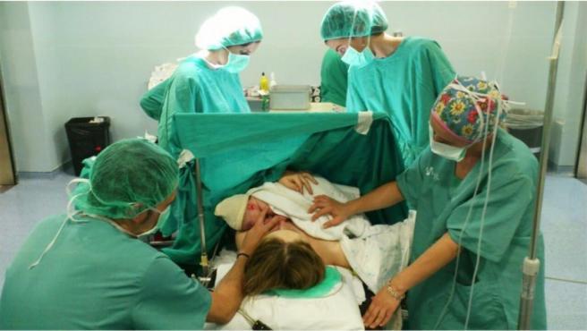 Un parto con cesárea, en una imagen de archivo.