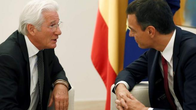 El presidente del Gobierno, Pedro Sánchez (d), y el presidente de la Fundación RAISS, el actor estadounidense Richard Gere (i).