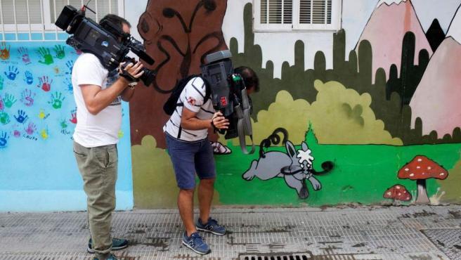 Dos cámaras trabajando en el lugar de Castellón donde dos niñas fueron sido asesinadas supuestamente por su padre, que posteriormente se suicidó tirándose por la ventana.