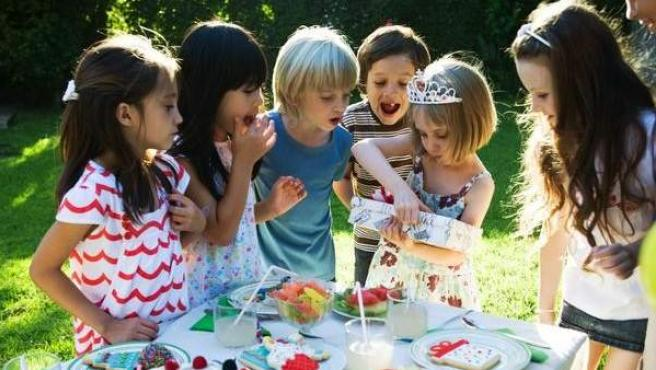 Varios niños celebran el cumpleaños de una amiga.