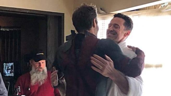 Hugh Jackman felicita por twitter a Ryan Reynolds por su cumpleaños.