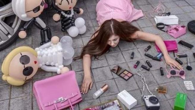 Un nuevo reto viral chino muestra a personas, que supuestamente han caído al suelo, rodeadas de artículos de lujo.