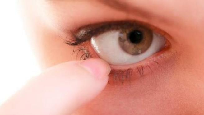 Una persona con irritación ocular.