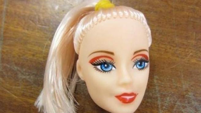 Imagen de la cabeza de una de las muñecas intoxicadas que han sido destruidas.
