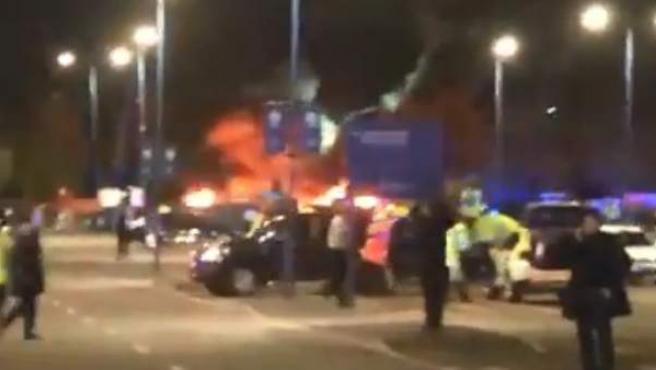 El helicóptero del dueño del Leicester, tras estrellarse a las afueras del estadio.