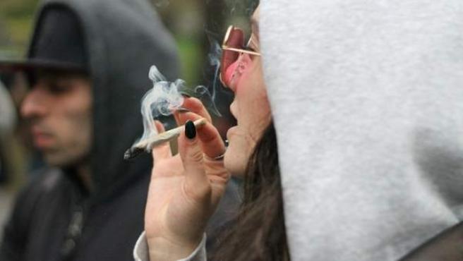 Imagen de archivo de una chica fumándose un porro.
