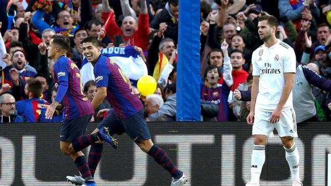 Coutinho y Suárez celebran el primer gol del Barcelona ante el Real Madrid.