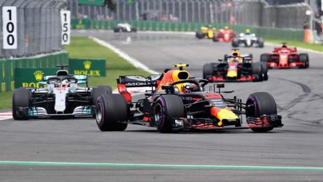 Max Verstappen, por delante de Lewis Hamilton en las primeras vueltas del GP de México.