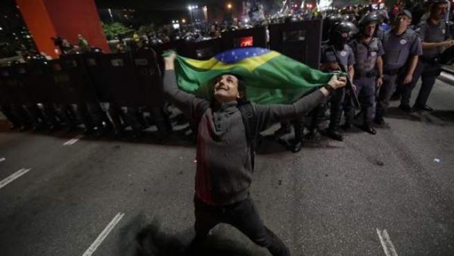 Simpatizantes del candidato ultraderechista Jair Bolsonaro celebran su victoria en las elecciones presidenciales de Brasil, en la avenida Paulista de Sao Paulo.