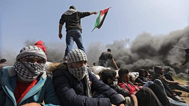 Palestinos participan en una protesta durante enfrentamientos con las tropas israelíes cerca de la frontera israelí en la Franja de Gaza.
