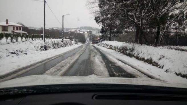Usar neumáticos de invierno en carreteras afectadas por las nevadas.