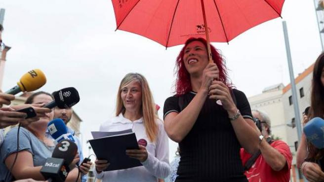 La secretaria general del sindicato Organización de Trabajadoras Sexuales (OTRAS), Concha Borrell (i), junto a la miembro del sindicato Sabrina Sánchez.