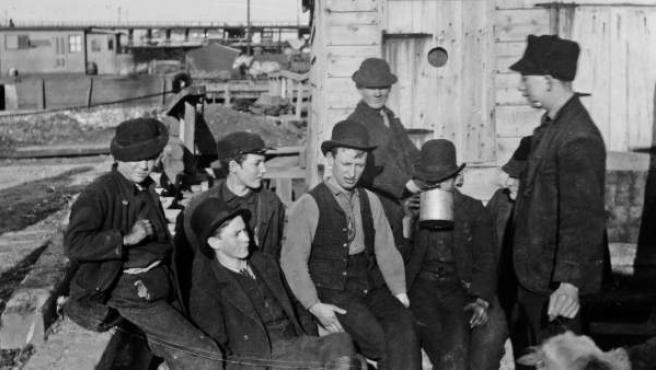 """The Montgomery Guards: A Growler Gang in Session"", fotografía de Jacob Riis, ca. 1890."