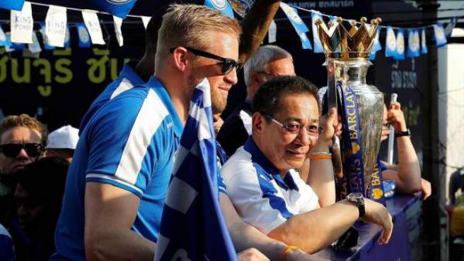 Kasper Schmeichel y Vichai Srivaddhanaprabha, en la celebración de la Premier League ganada por el Leicester City en 2016.