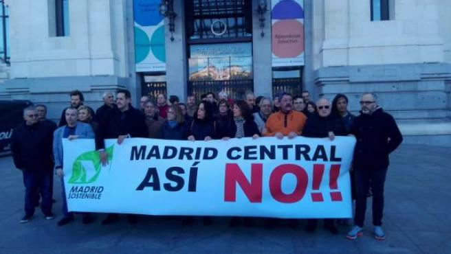 Afectados por el Madrid Central se manifiestan en Cibeles.