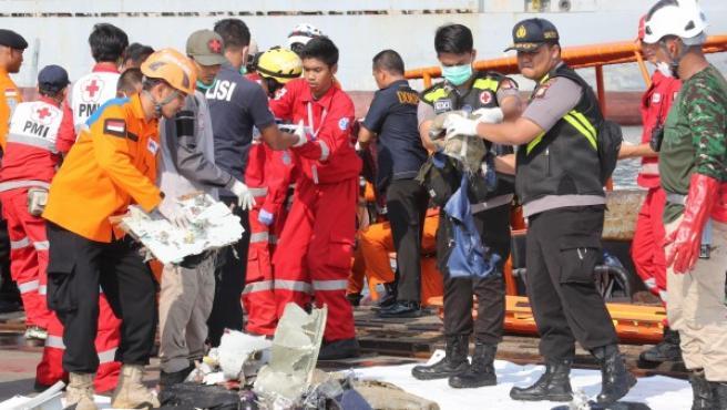 Miembros del Servicio de rescate de Indonesia trabajan en el lugar del accidente aéreo.
