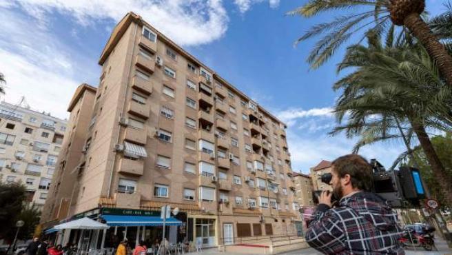 Edificio de la calle Huerto Manu de Murcia, desde donde una mujer de 37 años se tiró desde un sexto piso con su hijo de 4 años en brazos.