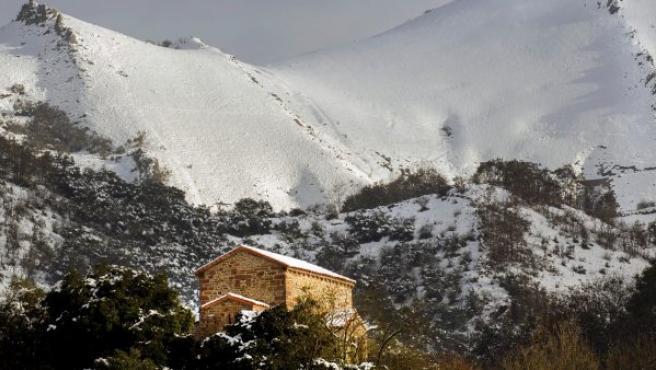 La iglesia de Santa Cristina de Pola de Lena, en Asturias, una de las joyas del arte prerrománico asturiano, cubierta de nieve tras el temporal que sufre el Principado.