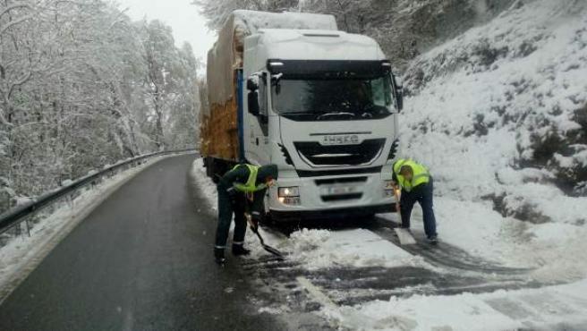 Accidente sin heridos en el puerto de Ibañeta, con presencia de nieve.