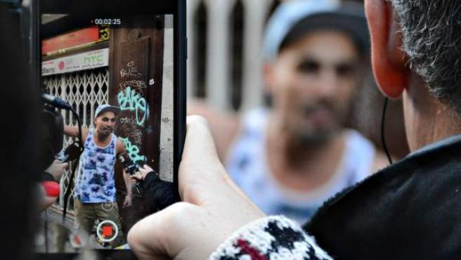 Hati, un ocupa desalojado en la calle Sant Ramon el Raval de Barcelona.