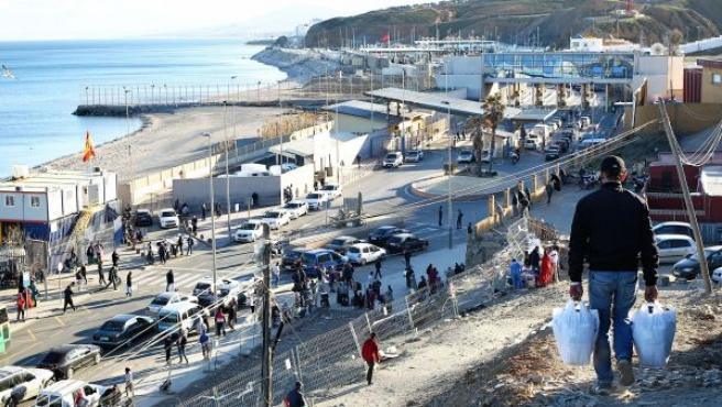 En el paso fronterizo entre España y Marruecos confluyen porteadores, coches patera, vehículos privados y personas a pie.