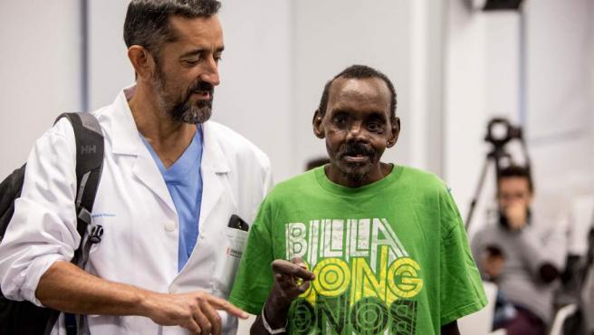 El cirujano Pedro Cavadas presenta el resultado de la reconstrucción parcial del rostro y la mano izquierda de un paciente keniano, que había sido atacado por una hiena.