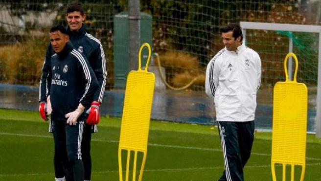 Santiago Solari observa a sus porteros durante el entrenamiento del Real Madrid.