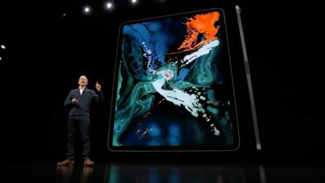 Tim Cook presenta el nuevo iPad Pro.