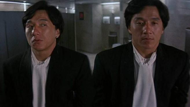 No estás viendo doble, sino a los dos personajes que Jackie Chan interpretó en 'Twin Dragons'. John y Boomer son dos gemelos que, tras ser separados al nacer, vuelven a encontrarse cuando el primero viaja a Hong Kong.