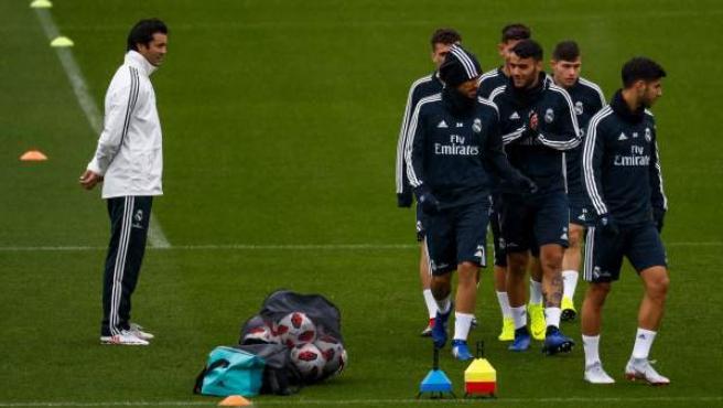 Santiago Solari dirige un entrenamiento del Real Madrid.