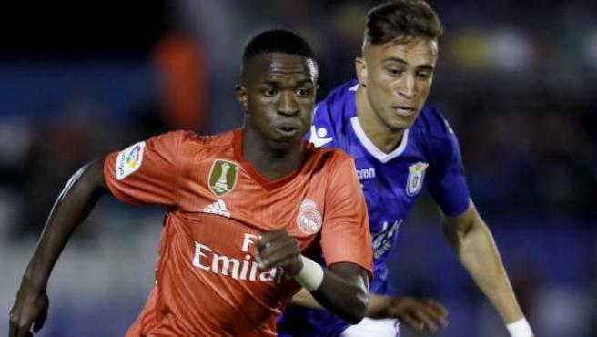 El delantero brasileño del Real Madrid Vinicius Junior (i) y el defensa del Melilla Sofian Chakla durante el partido de Copa del Rey disputado en el estadio Álvarez Claro.