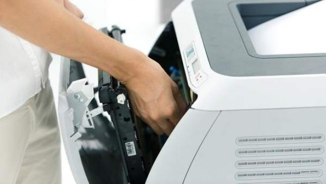 Representación de un cambio de cartuchos de impresora.
