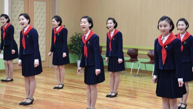 Varias estudiantes cantan una melodía en Pionyang (Corea del Norte).