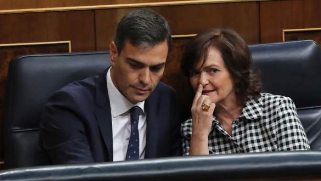 El presidente del Gobierno, Pedro Sánchez, conversa con la vicepresidenta del Ejecutivo, Carmen Calvo, durante el pleno del Congreso.