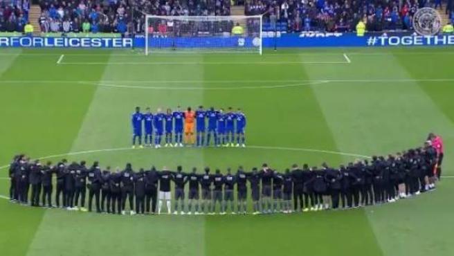 Jugadores y equipo técnico del Leicester guardan un minuto de silencio en Cardiff tras la muerte de su presidente en un accidente de helicóptero.