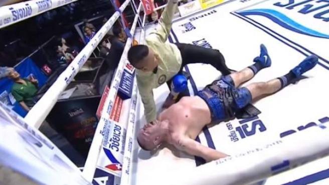 Momento en el que Daghio cae noqueado al ring
