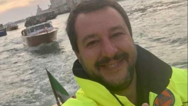 Matteo Salvini, posando en Venecia inundada.