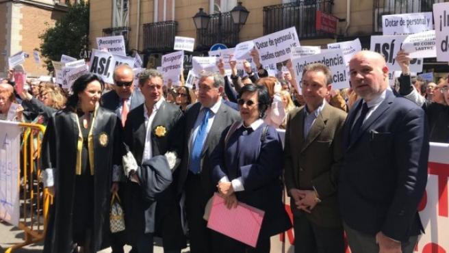 Jueces y juezas junto a fiscales concentrados ante el Ministerio de Justicia en mayo.