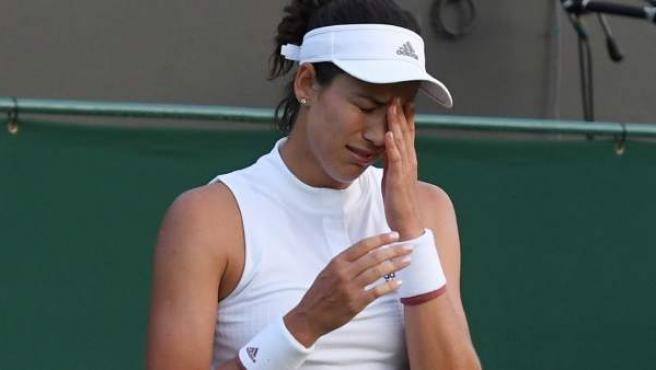 La tenista española Garbiñe Muguruza reacciona con tristeza por su derrota ante la belga Alison Van Uytvanck.