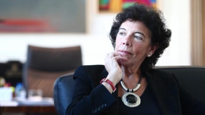 La ministra de Educación y Formación Profesional y portavoz del Gobierno en su despacho.