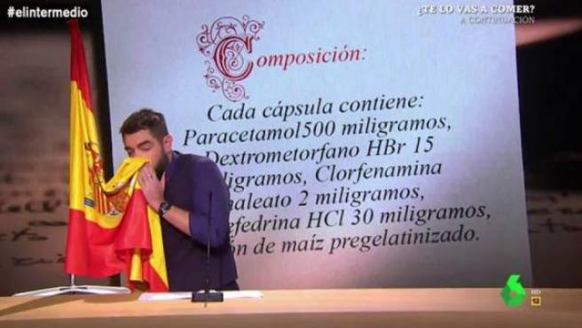 Dani Mateo se suena los mocos con la bandera de España en 'El Intermedio'.