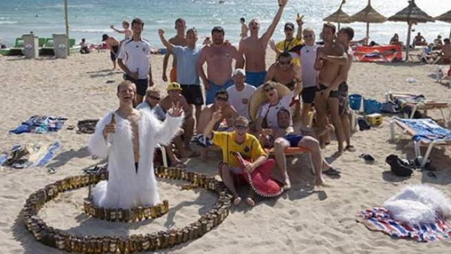 Una fiesta con turistas ingleses en una playa de Palma de Mallorca.