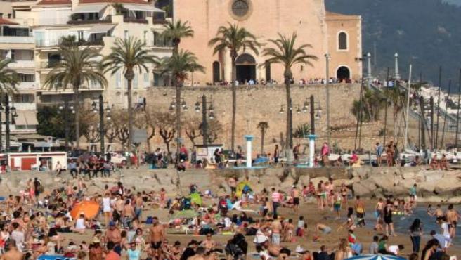 <p>Plano general de la playa de Sitges, con la Punta en el fondo.</p>