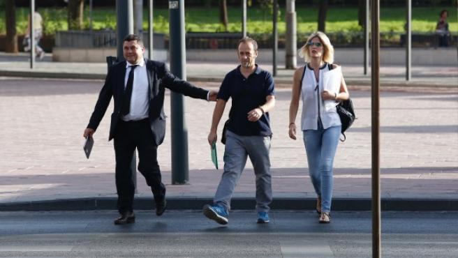 Francesco Arcuri, expareja de Juana Rivas, junto a su equipo jurídico.
