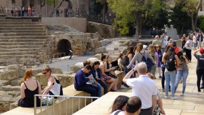 Un grupo de turistas en el teatro romano de Málaga.
