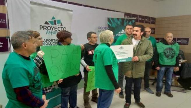 Andrés Fernández Vilanova con la PAH de Oviedo