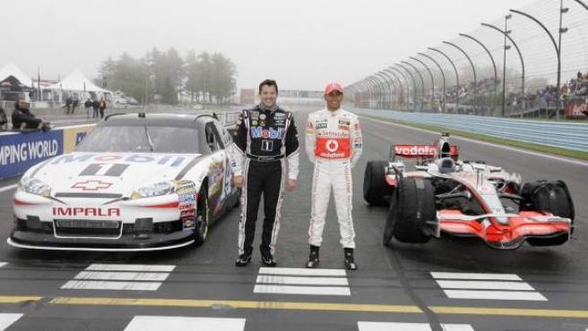 Tony Stewart, piloto de la NASCAR, y Lewis Hamilton intercambiaron sus monturas en 2011.
