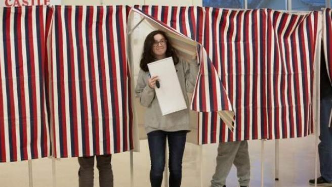 Una mujer vota en Manchester, New Hampshire, durante las elecciones legislativas de medio mandato en EE UU.