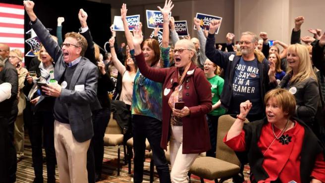 Simpatizantes del demócrata Jason Crow aclaman después de que su candidato fuera declarado vencedor sobre el titular del congresista Mike Coffman, en las elecciones legislativas de 2018, en el Doubletree Hotel en Denver, Colorado (EE UU).